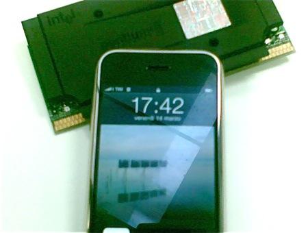 Un iPhone con un processore Intel d'annata