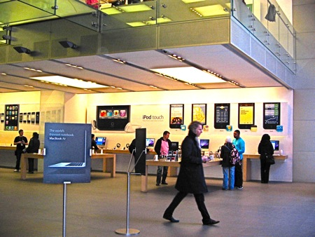 L'interno dell'Apple Store londinese: iPod Touch ed iPhone in esposizione