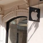 L'insegna dell'Apple Store Via Rizzoli Bologna