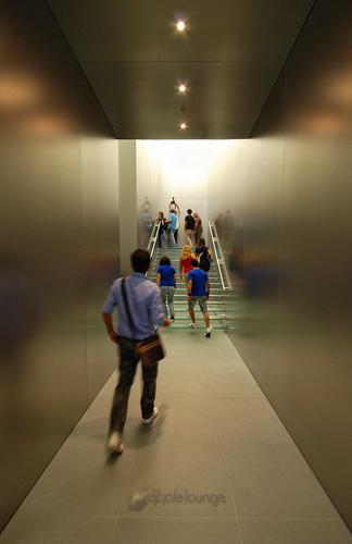 La scalinata di cristallo con pareti di acciaio interna all'Apple Store Via Rizzoli a Bologna