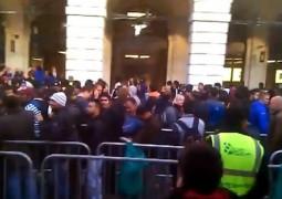 Folla davanti l'Apple Store di Covent Garden, Londra