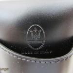 Porta iPhone o iPod touch Maserati, particolare del logo impresso, del marchio made in Italy e del passante - TheAppleLounge.com
