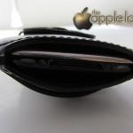 Porta iPhone o iPod touch Maserati, particolare dell'apertura inferiore - TheAppleLounge.com
