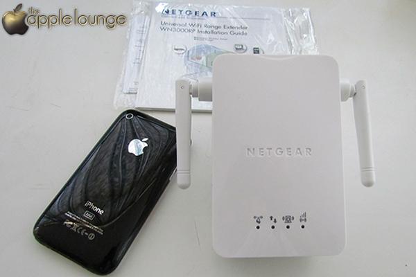 NETGEAR WN3000RP Universal WiFi Range Extender, particolare della parte frontale e raffronto dimensioni con un iPhone 3GS - TheAppleLounge.com