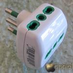 NETGEAR WN3000RP Universal WiFi Range Extender, particolare di un adattatore a tripla presa da verticale a orizzontale - TheAppleLounge.com