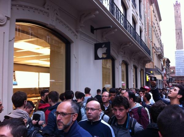 La fila al momento dell'apertura