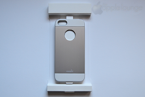moshi iGlaze armour for iPhone silver, particolare della cover parzialmente fuori dalla scatola - TheAppleLounge.com