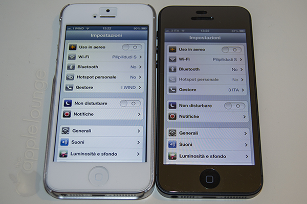 Pellicola protettiva aiino Specchio applicata ad iPhone 5 nero in confronto con iVosor XT su iPhone 5 bianco - TheAppleLounge.com