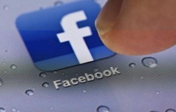 Facebook per iPhone si aggiorna con chat heads, stickers e altre novità