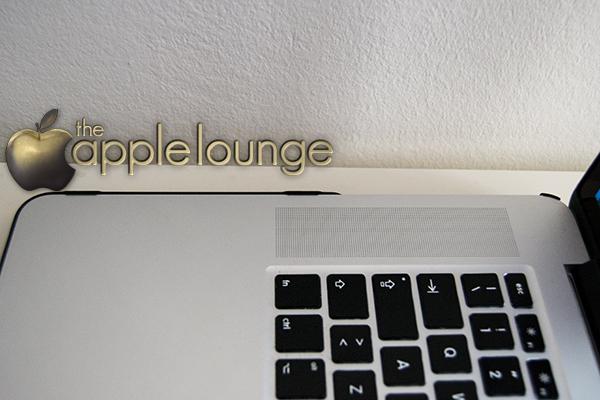 moshi iGlaze pro 15 R, cover per MacBook Pro 15 Retina Display (cover sul portatile aperto, dettaglio aggancio) - TheAppleLounge.com