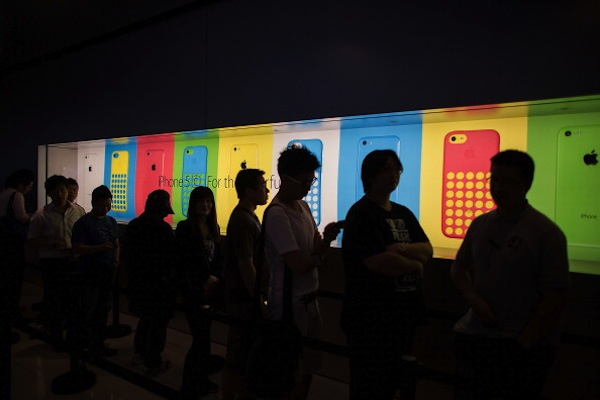 Latest IPhones Hit Shops In Hong Kong