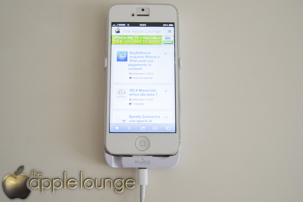 iPhone 5 Battery Bank Cover by Puro, telefono collegato alla cover e cavo di ricarica Lightning - TheAppleLounge.com