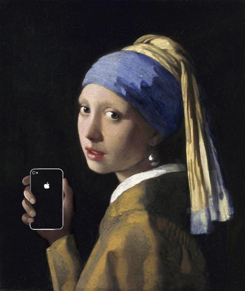 """La ragazza con l'orecchino di perla (o Ragazza col turbante), dipinto da Jan Vermeer nel 1665, diventa """"La ragazza con l'orecchino di perla e un iPhone (4S, probabilmente). Lo sguardo vanitoso e ammiccante della fanciulla che ha finalmente avuto in regalo lo smartphone che tanto desiderava."""