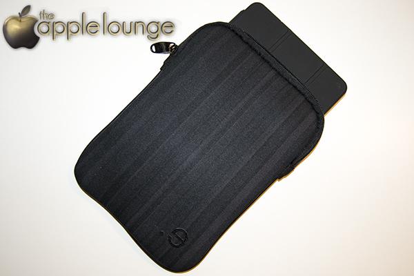 LA robe Allure iPad mini by be.ez – la recensione di TAL (iPad mini con Retina Display con Smart Cover in fase di inserimento)