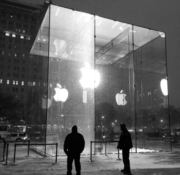 cubo con vetro rotto new york