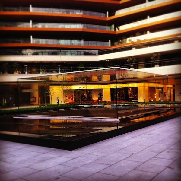 Il parallelepipedo di vetro all'esterno dell'Apple Store di Istanbul