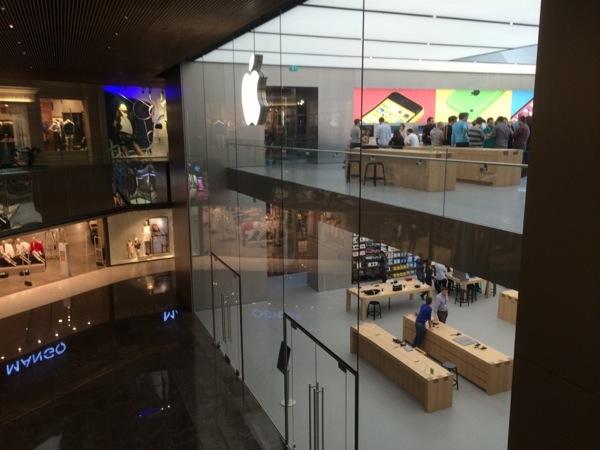 La vetrina dell'Apple Store di Istanbul, che sarà aperto il 5 aprile.