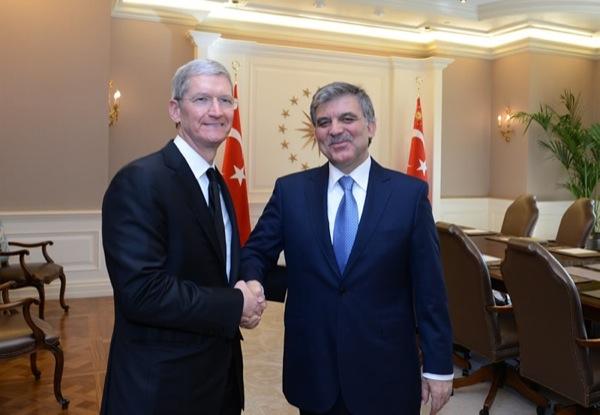 Tim Cook stringe la mano al presidente Gül durante l'incontro di febbraio.