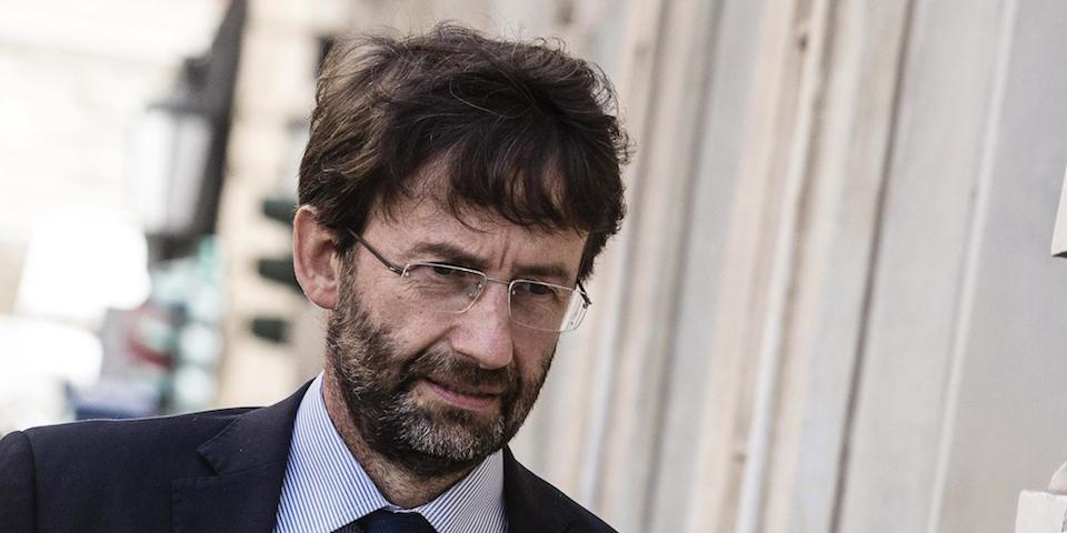 Il ministro Franceschini, deluso di non poter lavorare al Palazzo dell'Eliseo con un iPhone più economico.
