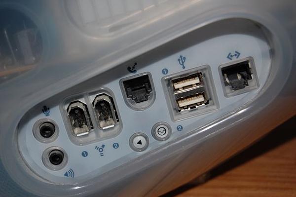 Firewire 400 e ben due USB 1.0! E cos'è quella cosa col telefono sopra? Quei suoni analogici di connessione mi perseguitano ancora nei miei più remoti incubi.